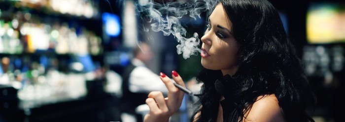 Lady Smokes a Quality E-cigarettes